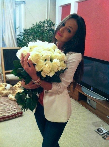 Фото красивой брюнетки с цветами