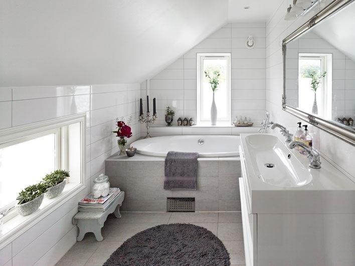 Дизайн ванной комнаты на мансарде с окном
