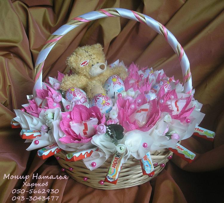 Gallery.ru / Корзина с Киндер яйцами и шоколадом - Корзины с цветами и конфетами 400-1200 грн. - monier